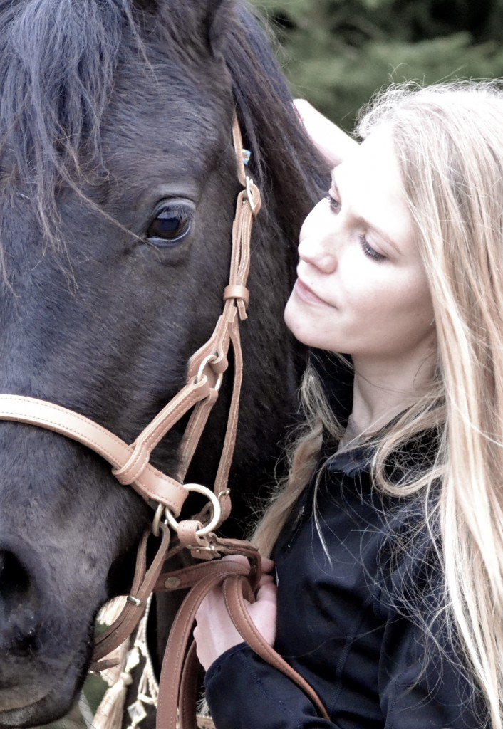 Manchmal lohnt es sich, für einen Moment inne zu halten und seinem Pferd in die Augen zu sehen. Jeder wird eine Botschaft für sich darin finden.