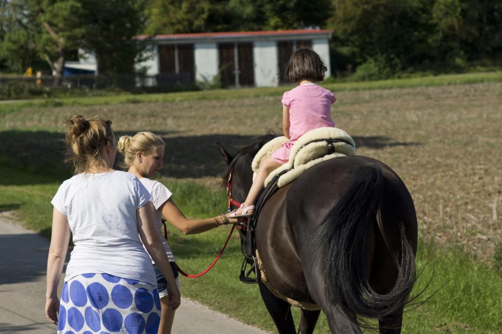 Kinder haben oft die Gabe, auf ganz natürliche Weise mit den Pferden zu kommunizieren und von ihnen verstanden zu werden.