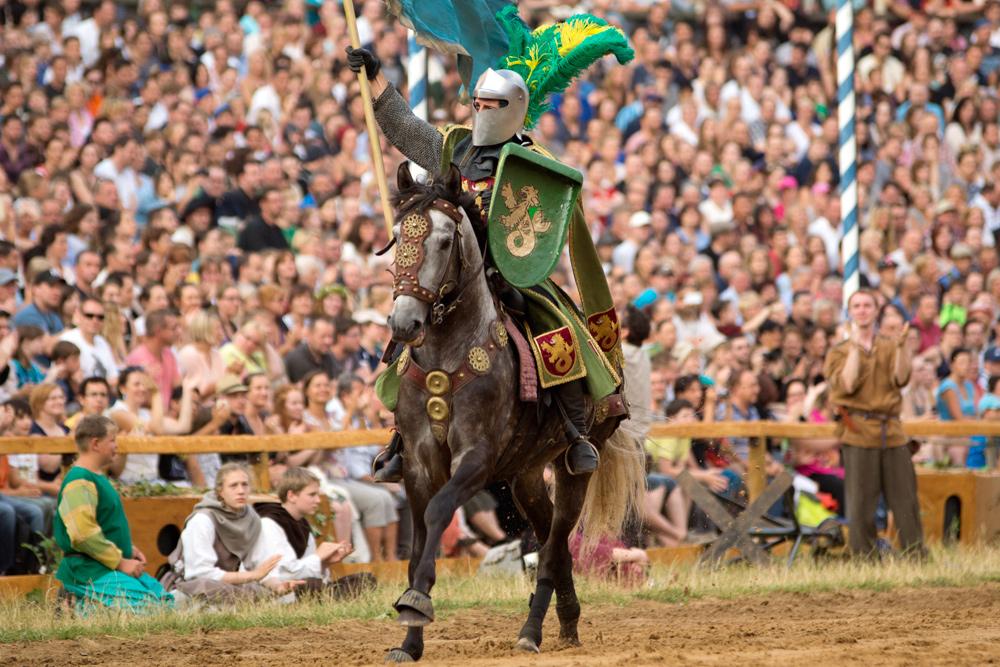 Klirrende Ausrüstung, riesige Arena, lautes Publikum - den Ansprüchen an ein Stuntpferd ist nicht jeder Vierbeiner gewachsen!